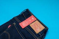 莱维牛仔布牛仔裤妇女的模型712亭亭玉立与商标标签 免版税库存照片