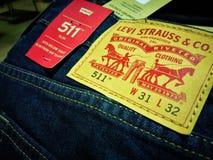莱维` s全新511 W 31和L 32蓝色牛仔裤打折商店在伯肯黑德点购物中心 库存图片
