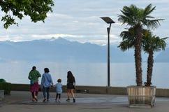 莱芒湖的人们在洛桑,瑞士散步 图库摄影