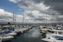 莱芒湖的小游艇船坞在清早,蒙特勒,瑞士 库存图片