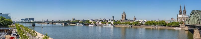 莱茵河全景在科隆 免版税库存照片