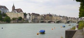 莱茵河和Mittlere brucke桥梁,巴塞尔 免版税图库摄影