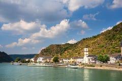 莱茵河在有圣戈阿尔村庄的德国视线内 库存图片