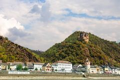 莱茵河在有圣戈阿尔村庄的德国视线内 免版税库存照片