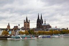 莱茵河堤防在科隆,德国, 免版税库存图片