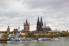 莱茵河堤防在科隆,德国 免版税库存图片