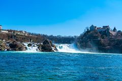 莱茵河的瀑布看法有Laufen城堡的 免版税库存照片