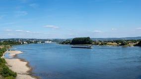 莱茵河的美好的全景在有一朵流动的驳船、蓝天和小云彩的德国西部 免版税库存图片