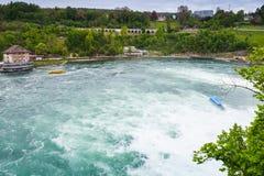 莱茵瀑布风景 旅游小船在快速的河 库存图片
