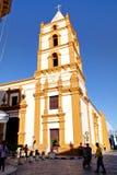 索莱达教会在卡马圭 某些人在教会前面的街道上走 免版税库存照片