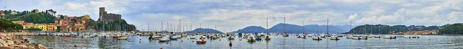 莱里奇全景由美好的天气的与在海湾停放的一条老小船圣泰伦佐Ligure意大利 免版税图库摄影