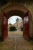 莱顿,荷兰, Pieterskerk教会视图通过老门 库存照片