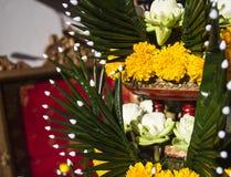 莲花、万寿菊和被折叠的香蕉叶子装饰品 免版税库存照片