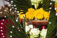 莲花、万寿菊和被折叠的香蕉叶子装饰品 库存图片