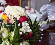 莲花、万寿菊和被折叠的香蕉叶子装饰品 免版税库存图片