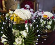 莲花、万寿菊和被折叠的香蕉叶子装饰品 库存照片
