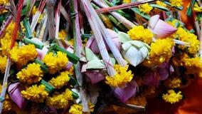 莲花、香火和蜡烛 免版税库存照片