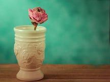 莲花在花瓶钢生活中 免版税图库摄影