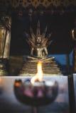 莲花坐的佛教徒在火焰前 免版税图库摄影