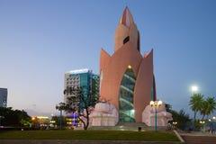 莲花塔的看法在晚上微明下 越南 免版税库存照片