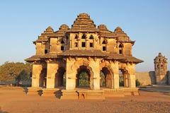 莲花玛哈尔寺庙在亨比,卡纳塔克邦,印度 被雕刻的美丽 库存图片