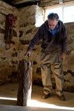 获取他的从在谷仓的老人轴 免版税图库摄影