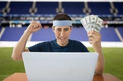 获取在体育场内的网上打赌的美元 免版税库存照片