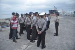 获取联合人员Gafatar成员到来在丹戎Emas三宝垄口岸  库存照片