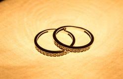 获取水晶文件金子梯度珠宝处理原始的反射性环形表面的摄影过帐 梯度反射性表面上的三只金戒指 背景 库存图片