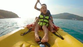 获得一个年轻的家庭的慢动作射击划皮船在热带海和看珊瑚礁和热带鱼的乐趣 股票视频