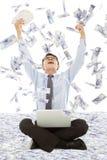 获得一次抽奖有金钱雨背景的商人 库存图片