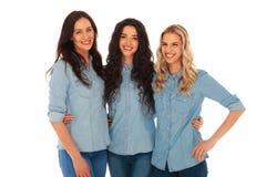 获得三名年轻偶然的妇女乐趣一起 免版税库存照片