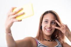 给获得上瘾的女孩打电话与她心爱的智能手机的乐趣 库存图片