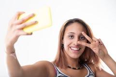 给获得上瘾的女孩打电话与她心爱的智能手机的乐趣 库存照片