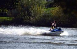 获得与waterscooter的乐趣 库存图片