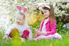 获得两个可爱的妹乐趣在复活节天 库存图片