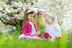 获得两个可爱的妹乐趣在复活节天 免版税库存图片