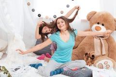 获得两个可笑的快乐的姐妹乐趣 免版税库存照片