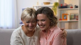 获得两个女性的朋友一起笑在长沙发,闲话和乐趣,慢mo 股票录像