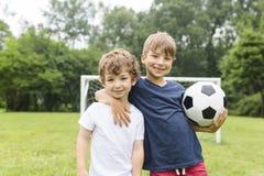 获得两个的兄弟使用与球的乐趣 免版税库存图片