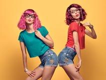 获得两个的女孩乐趣满意对支柱 行家 免版税库存照片