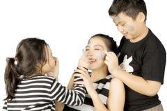 获得两个的孩子与他们的母亲的乐趣 免版税图库摄影