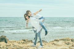 获得两名的妇女在海滩的乐趣 库存图片