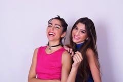 获得两名的妇女时尚画象乐趣 湿背景概念黑暗的友谊鹈鹕的纵向二 图库摄影