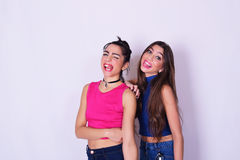 获得两名的妇女时尚画象乐趣 湿背景概念黑暗的友谊鹈鹕的纵向二 免版税库存照片