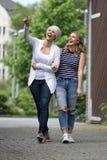 获得两名美丽的白肤金发的妇女乐趣 免版税图库摄影