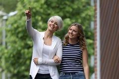获得两名美丽的白肤金发的妇女乐趣 免版税库存图片
