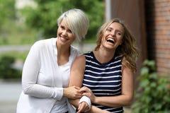 获得两名美丽的白肤金发的妇女乐趣 库存照片