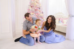 获得乐趣和一起笑在宽敞bedroo的愉快的家庭 库存照片