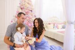 获得乐趣和一起笑在宽敞bedroo的愉快的家庭 图库摄影